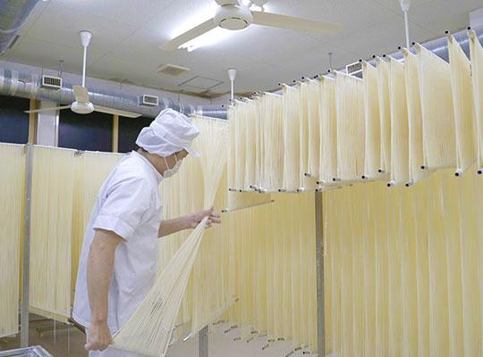 佐藤養助 製造工場見学コース 3.延ばし・乾燥