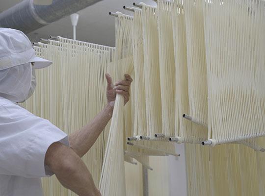 佐藤養助 稲庭うどんの製造工程 2日目 11.延ばすの写真