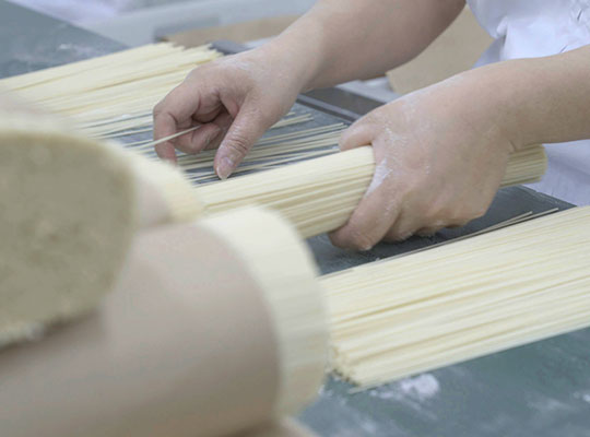佐藤養助 稲庭うどんの製造工程 3日目 15.乾燥の写真